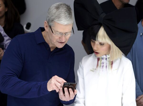 Исполнительный директор Apple Тим Кук продемонстрировал возможности новых гаджетов юной актрисе Мэдди Зиглер - Sputnik Latvija