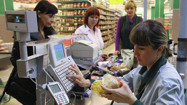Покупатели оплачивают покупки в гипермаркете - Sputnik Латвия