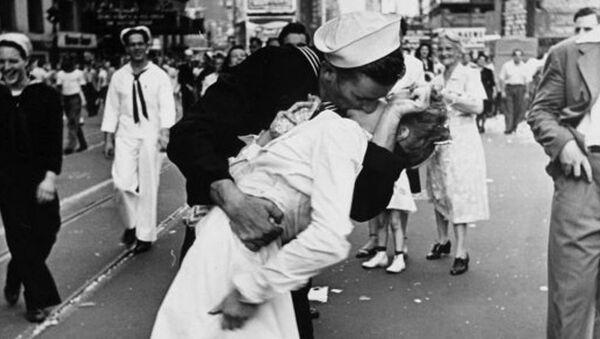 Поцелуй на Таймс-сквер - Sputnik Латвия