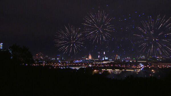 Праздничный салют в честь Дня города в Москве - Sputnik Латвия