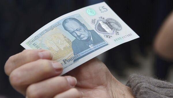 Jauna plastmasas 5 mārciņu banknote - Sputnik Latvija