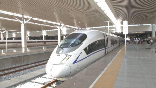Tagad divreiz ātrāk: Ķīnā ir laiduši pasaulē ātrāko vilcienu - Sputnik Latvija