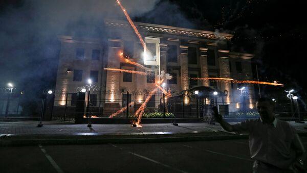 Salūti, ko pie Krievijas vēstniecības Ukrainā izšāva ukraiņu radikāļi - Sputnik Latvija