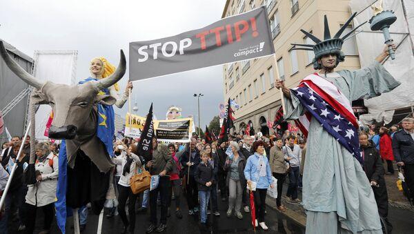 Protesta akcija Eiropā pret Transatlantiskās tirdzniecības vienošanos (TTIP) - Sputnik Latvija
