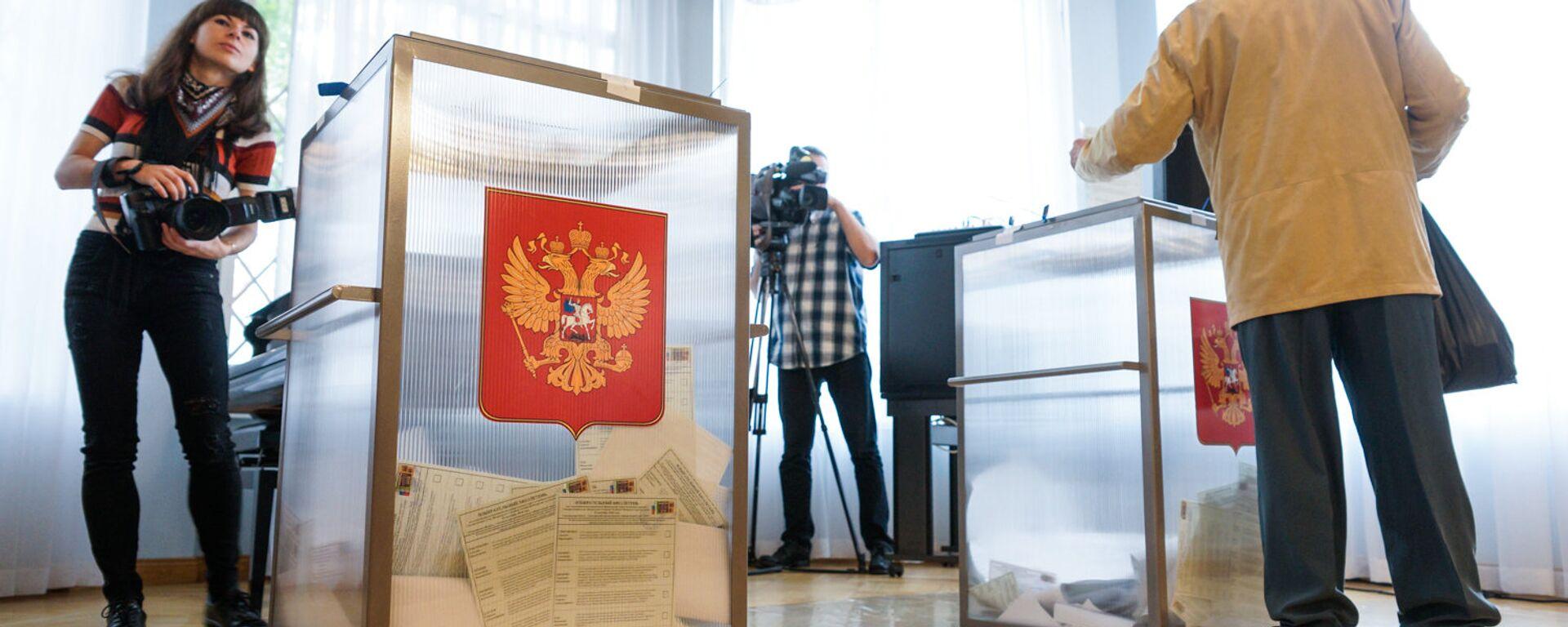 На избирательном участке в Посольстве России - Sputnik Latvija, 1920, 07.08.2021