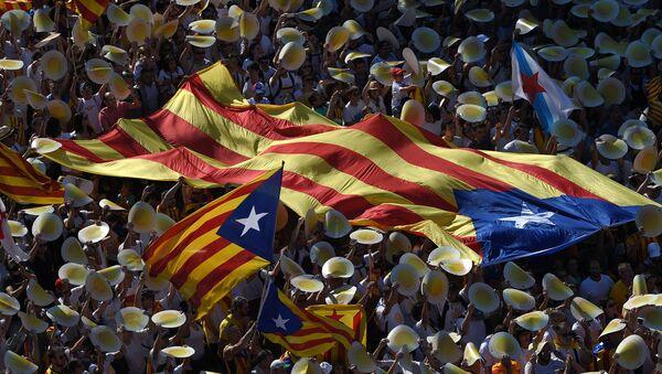 Сторонники независимости Каталонии на демонстрации - Sputnik Latvija