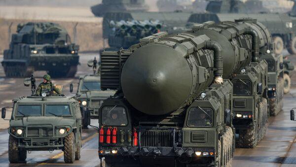 Starpkontinentālo ballistisko raķešu Topoļ M transporta un starta iekārta - Sputnik Latvija