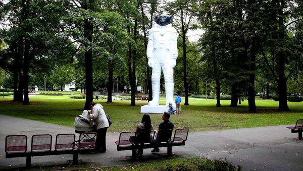 Обезьяна в скафандре в парке Кронвалда в Риге - Sputnik Латвия