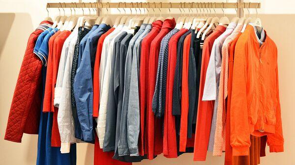 Одежда на вешалках - Sputnik Latvija