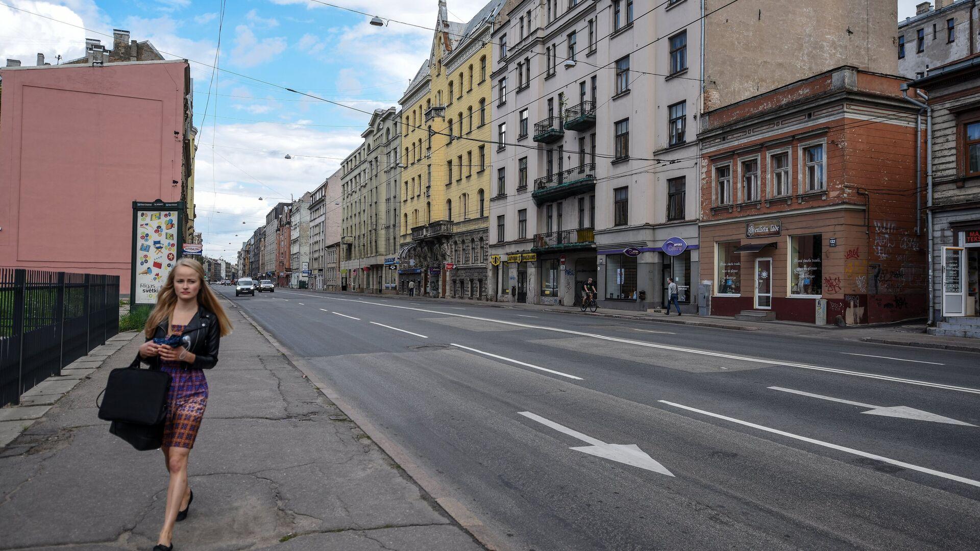 Девушка идет по улице Бривибас в центре Риги в Латвии - Sputnik Латвия, 1920, 26.07.2021