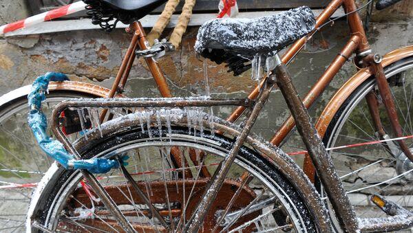 Сосульки на велосипеде на улице Мейстару (Мастеров) в Старой Риге - Sputnik Latvija
