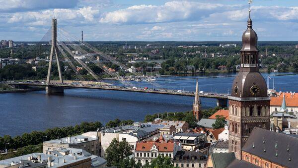 Колокольня Домского кафедрального собора (слева) и вантовый мост через реку Даугаву в Риге в Латвии - Sputnik Латвия