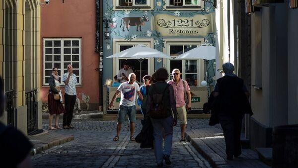 Улица в старой части Риги в Латвии - Sputnik Латвия