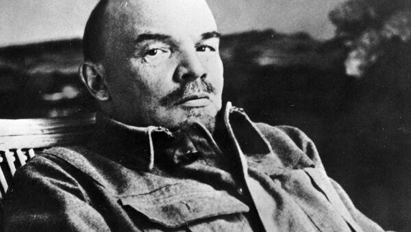 Владимир Ильич Ленин в своем кабинете в Горках - Sputnik Латвия