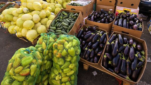 Продажа овощей на оптово-розничном рынке - Sputnik Латвия