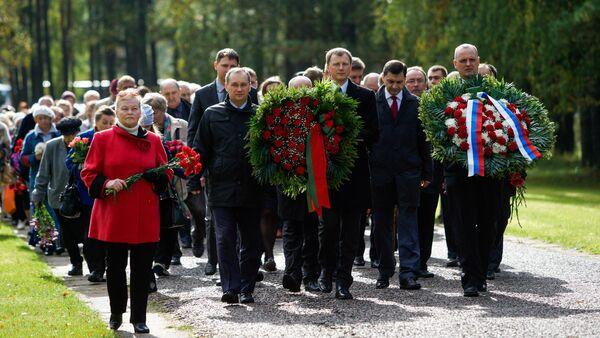 На месте концентрационного лагеря в Саласпилсе прошло мероприятие посвящённое 72-ой годовщине освобождения лагеря - Sputnik Latvija