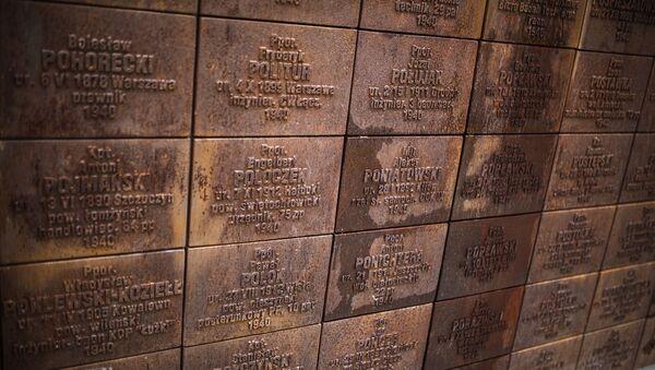 Стена с фамилиями репрессированных на мемориале - Sputnik Латвия