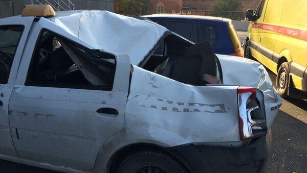 Во дворе на улице Беловежской молодой человек выпал прямо на крышу припаркованного у подъезда Renault Logan - Sputnik Латвия