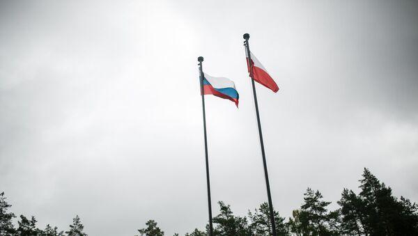 Флаги России и Польши перед входом в Мемориальный комплекс Катынь - Sputnik Латвия