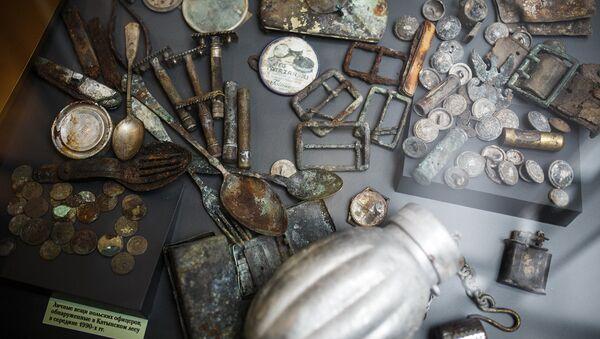 Личные вещи польских офицеров, обнаруженные в Катынском лесу в середине 1990-х - Sputnik Латвия