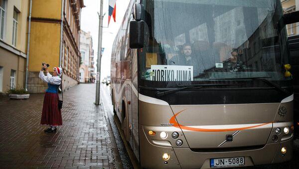 Автобус с латышской делегацией на Смоленской земле - Sputnik Латвия