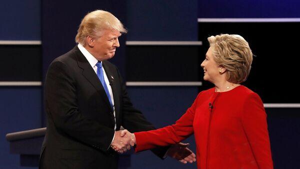 Республиканский кандидат в президенты США Дональд Трамп пожимает руку кандидату в президенты США от Демократической партии Хиллари Клинтон в начале своих первых президентских дебатов - Sputnik Латвия