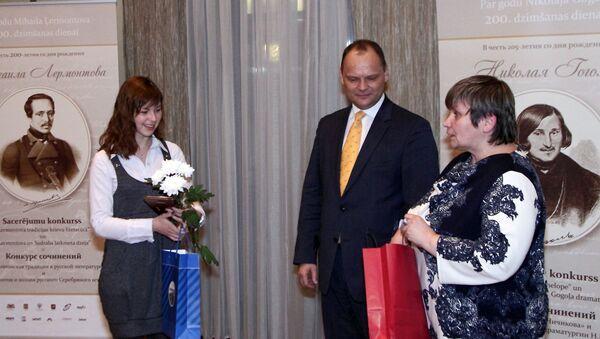 Руслан Панкратов и Елена Бердникова вручают призы победительнице конкурса сочинений в 2015 году - Sputnik Latvija