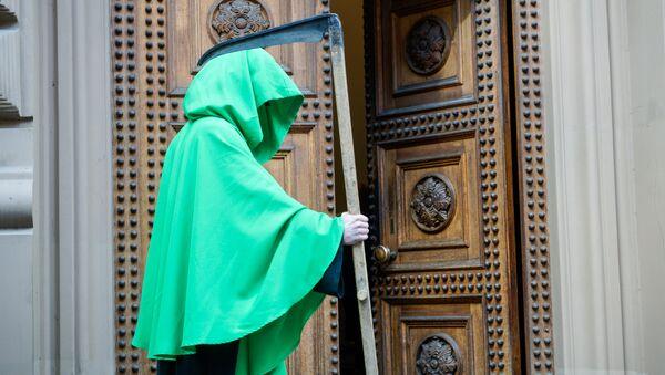 Зелёная смерть у входа в Сейм. Протест Латвийского профсоюза работников здравоохранения и социального ухода у Сейма - Sputnik Латвия