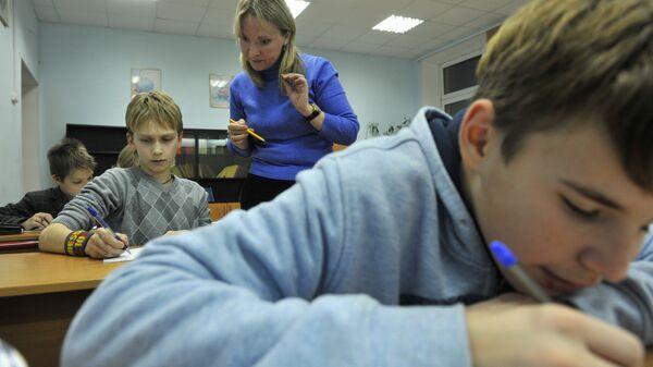 Урок в школе. Архивное фото - Sputnik Латвия