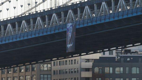Plakāts ar Krievijas prezidenta Vladimira Putina attēlu uz Manhetenas tilta Ņujorkā. Foto no arhīva - Sputnik Latvija