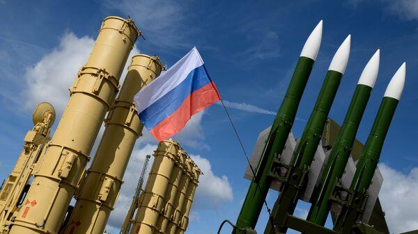 Зенитная ракетная система (ЗРС) Антей-2500 (слева) и зенитный ракетный комплекс (ЗРК) Бук-М2Э - Sputnik Латвия