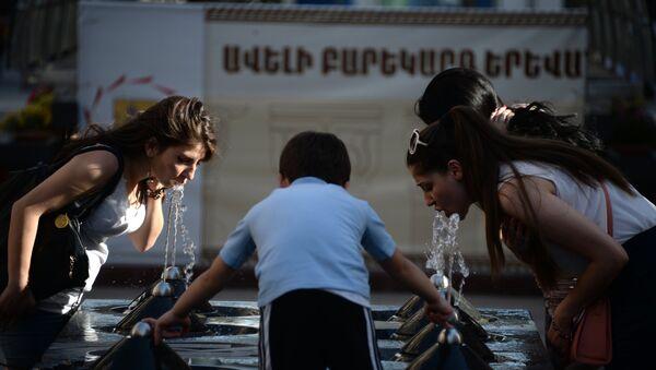Люди пьют воду из питьевого фонтана - Sputnik Латвия