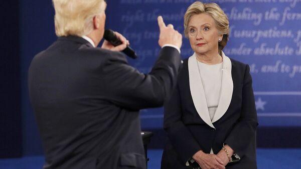 Кандидат в президенты США от Демократической партии Хиллари Клинтон во время дебатов с республиканцем Дональдом Трампом - Sputnik Latvija
