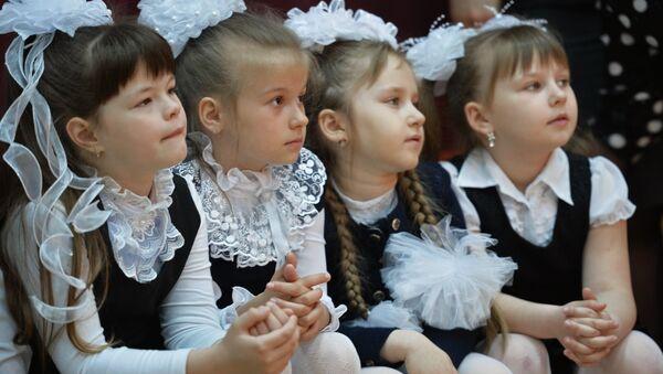 Ученики на празднике в школе - Sputnik Латвия