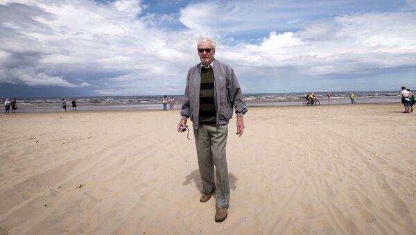 Мужчина на пляже в Юрмале - Sputnik Латвия