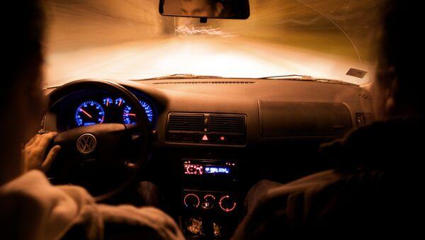 Jaunieši automobīlī. Foto no arhīva - Sputnik Latvija