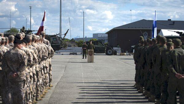 Участники учений НАТО на построении в Тапа - Sputnik Latvija