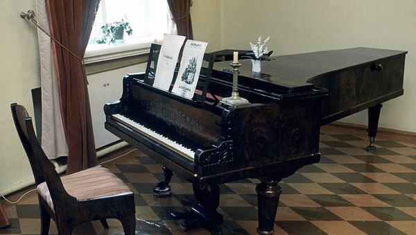 Рояль в Доме-музее П.И.Чайковского в Воткинске - Sputnik Латвия