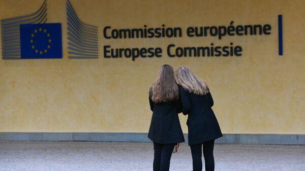 Логотип Евросоюза на здании штаб-квартиры Европейской комиссии в Брюсселе - Sputnik Латвия