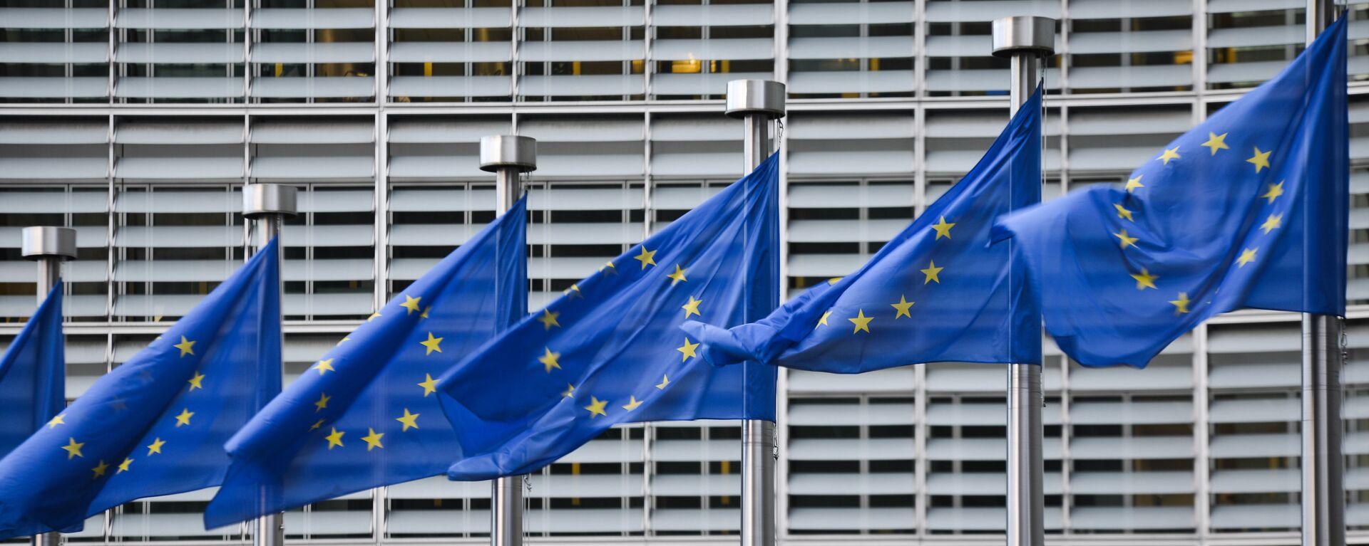 Флаги Евросоюза у здания штаб-квартиры Европейской комиссии в Брюсселе - Sputnik Латвия, 1920, 21.06.2021