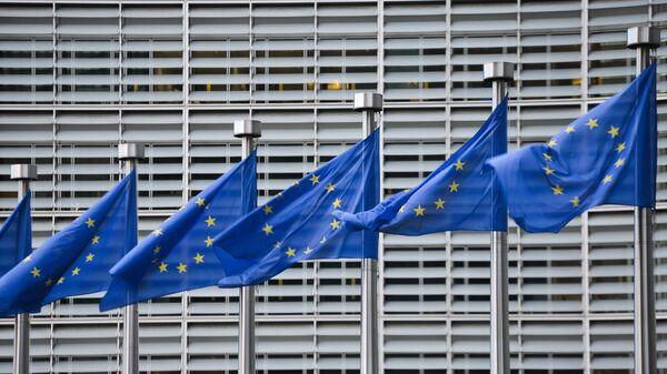 Флаги Евросоюза у здания штаб-квартиры Европейской комиссии в Брюсселе - Sputnik Латвия