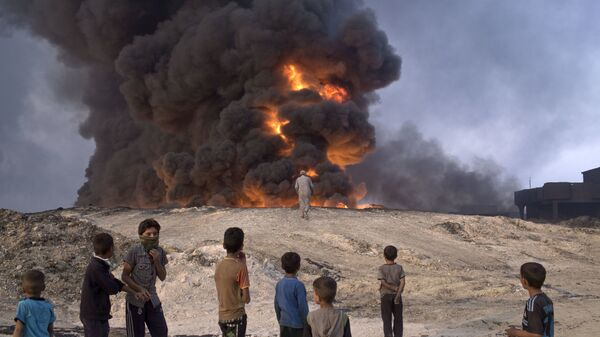 Горящая нефтяная скважина в Каяра к югу от Мосула, Ирак - Sputnik Латвия