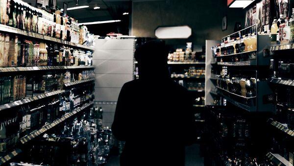 Полки в магазине с алкогольной продукцией - Sputnik Латвия