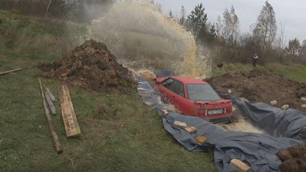 Pensionārs no Latvijas noslīcinājis mašīnu kokakolas baseinā - Sputnik Latvija