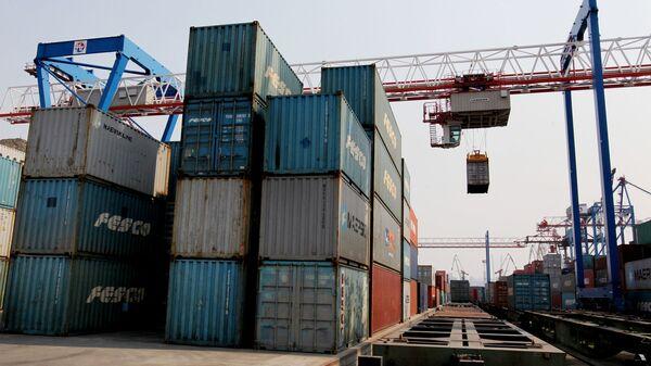 Погрузочные работы во Владивостокском морском торговом порту - Sputnik Латвия