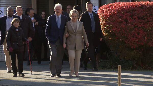 Клинтон проголосовала на президентских выборах США и пообщалась с избирателями - Sputnik Латвия