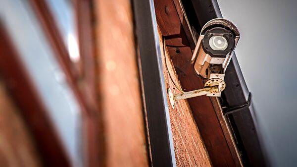 Камера видеонаблюдения на здании - Sputnik Латвия