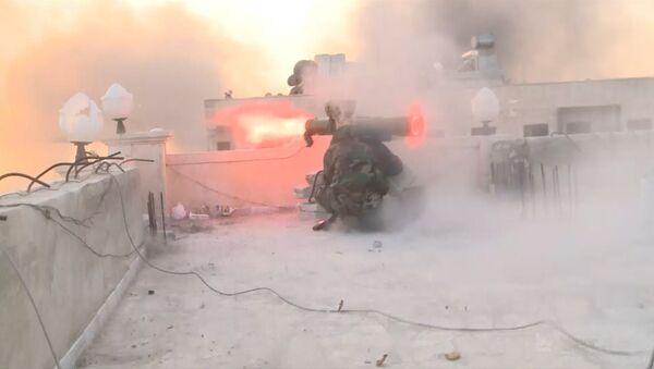 Cīņas par Alepo: granātmetēju šāvieni un dūmi virs Al Asada kvartāla - Sputnik Latvija