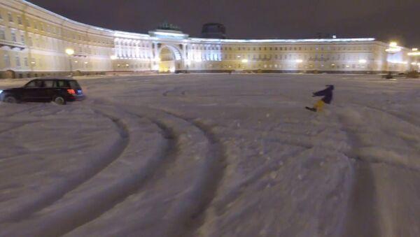 Экстремал на сноуборде проехал по заснеженной Дворцовой площади в Петербурге - Sputnik Латвия