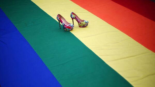 Радужный флаг во время акции ЛГБТ-сообщества - Sputnik Latvija